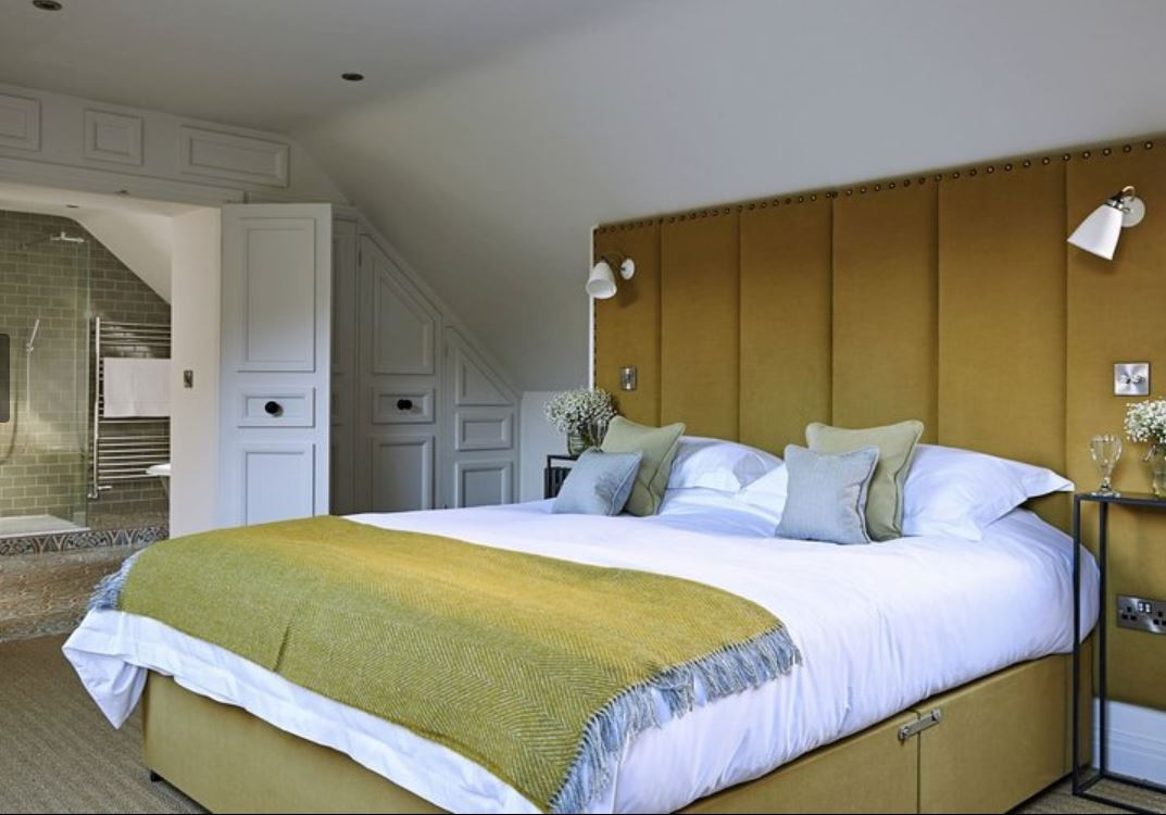 Double room with en-suite shower at luxury holiday home Ledbury