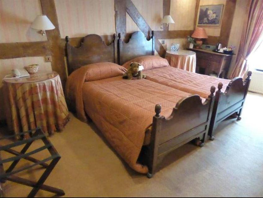 Twin-room-at-feathers-hotel-ledbury